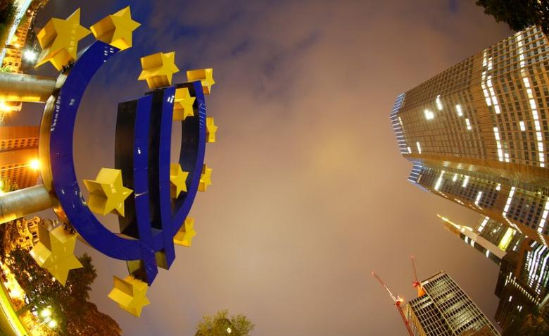 FILE PHOTO: The euro sign landmark is seen at the headquarters (R) of the European Central Bank (ECB) in Frankfurt September 2, 2013. REUTERS/Kai Pfaffenbach/File Photo