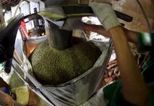 Funcionário enche saca de café para exportação em armazém de café em Santos, no Brasil 10/12/2015 REUTERS/Paulo Whitaker