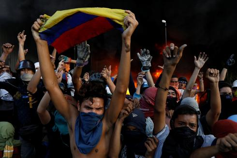 Protesters attack Venezuela Supreme Court office