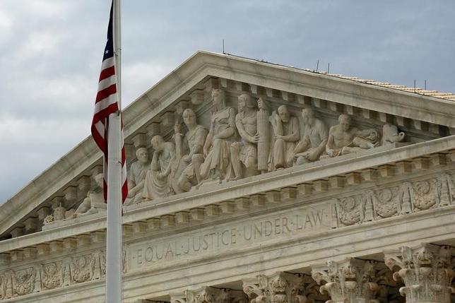 6月12日、米最高裁判所は暴力的で不公正な債権回収から消費者を守る公正債権回収法について、債権を購入した後に債権を回収する会社には適用されないとの判断を下した。写真は2015年10月撮影の最高裁(2017年 ロイター/Jonathan Ernst)