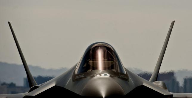 6月12日、米西部アリゾナ州のルーク空軍基地で、F35戦闘機の飛行停止措置が無期限で延長された。操縦士への酸素供給に不具合が生じているためで、米空軍の報道官、マーク・グラフ大尉が明らかにした。写真はネバダ州のネリス空軍基地で2013年4月撮影。米空軍からの提供写真(2017年 ロイター)