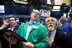 Трейдеры на Уолл-стрит. Фондовый рынок США снизился по итогам торгов понедельника, продолжив падение прошлой недели, под давлением акций Apple и бумаг технологического сектора, который по-прежнему демонстрирует лучшую динамику среди секторов S&P 500 в этом году. REUTERS/Brendan McDermid
