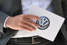 Volkswagen, à suivre à Francfort. Une association néerlandaise représentant 180.000 propriétaires de véhicules Volkswagen a annoncé préparer une action en nom collectif contre le constructeur allemand, les discussions entamées avec lui ces derniers mois n'ayant donné aucun résultat selon elle. /Photo prise le 31 mai 2017/REUTERS/Fabian Bimmer