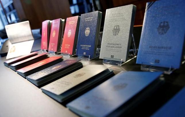 6月13日、ドイツ連邦統計局によると、2016年にドイツの市民権を取得した英国人は361%増の2865人となった。英国の欧州連合(EU)離脱(ブレグジット)決定を受け、将来的にEUでの居住や労働が困難になるとの懸念が高まった。写真はドイツの新しい電子パスポートの見本。ベルリンで2月撮影(2017年 ロイター/FABRIZIO BENSCH)