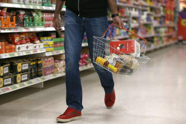 A shopper carries a basket in a supermarket in London, Britain April 11, 2017.  REUTERS/Neil Hall