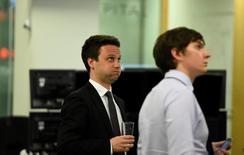 Operatori a lavoro. REUTERS/Clodagh Kilcoyne