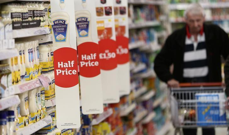 资料图片:2017年4月,伦敦,一家超市内推着购物车的顾客。REUTERS/Neil Hall