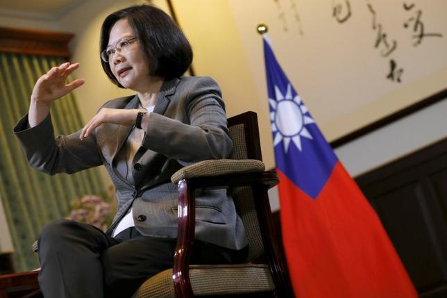 6月13日、台湾の蔡英文総統は、中国がパナマと外交関係を結んだことについて、現在安定している中台関係に影響を与えたとの見方を示した。写真はロイターのインタビューに答える同総統。4月に台北で撮影(2017年 ロイター/Tyrone Siu)