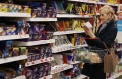 Покупатель в магазине в Лондоне 11 апреля 2017 года. Инфляция в Великобритании неожиданно ускорилась до максимума почти за четыре года в мае, усилив давление на потребителей на фоне роста политической неопределенности после парламентских выборов на прошлой неделе, не выявивших явного лидера. REUTERS/Neil Hall