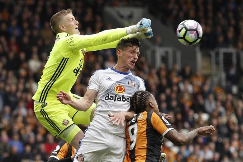 Britain Soccer Football - Hull City v Sunderland - Premier League - The Kingston Communications Stadium - 6/5/17 Sunderland's Jordan Pickford and Billy Jones in action with Hull City's Abel Hernandez  Action Images via Reuters / Lee Smith Livepic