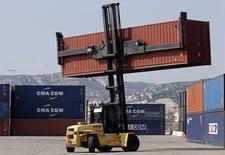 Le groupe de transport maritime Groupe CMA CGM a annoncé mardi la conclusion d'un accord ferme en vue de l'acquisition du transporteur brésilien de conteneurs Mercosul auprès du danois Maersk Line. /Photo d'archives/REUTERS/Jean-Paul Pelissier