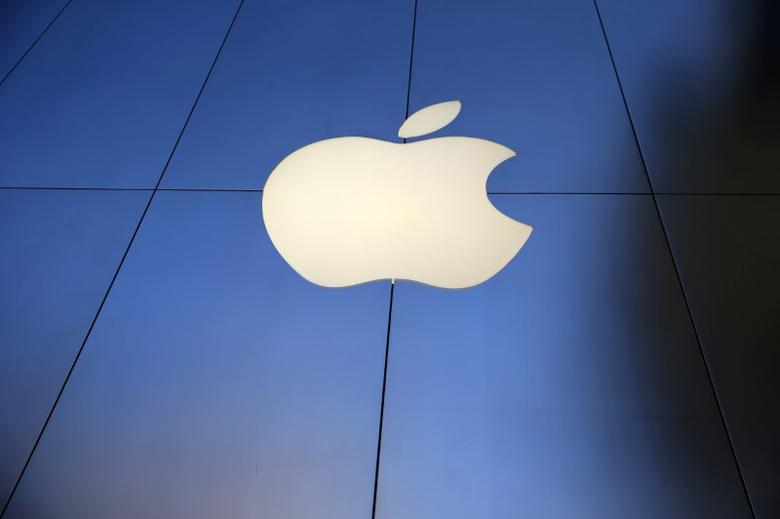 FILE PHOTO: The Apple Inc. store is seen in Los Angeles, California, U.S., September 16, 2016. REUTERS/Lucy Nicholson/File Photo - RTX31ZU5