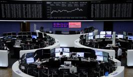 A l'exception de Londres, pénalisée par la hausse de la livre sterling, les principales Bourses européennes ont fini mardi dans le vert, aidées par le rebond des valeurs technologiques. À Paris, l'indice CAC 40 a progressé de 0,4% à 10h30 GMT. À Francfort, le Dax a gagné 0,59%. À Londres, le FTSE a reculé de 0,15%. /Photo prise le 13 juin 2017/REUTERS