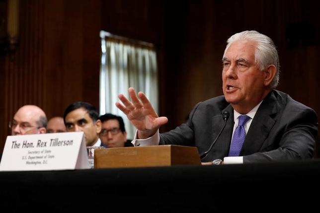 6月13日、ティラーソン米国務長官(写真)は、上院外交委員会の公聴会で、北朝鮮と取引のある国への二次制裁を検討していると述べたほか、ロシアとの関係改善に向けた方策を探っていると明らかにした。(2017年 ロイター/Aaron P. Bernstein)