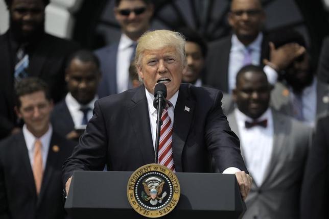 6月14日、米国で民主党議員190人以上がトランプ大統領(写真)を提訴した。議員らは、大統領が議会の承認なしに、自身の事業を通じて外国政府から資金を受け取ったことは憲法違反にあたると主張している。写真はホワイトハウスで6月撮影(2017年 ロイター/Carlos Barria)