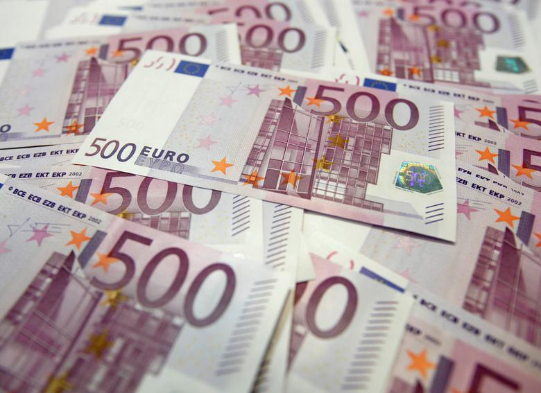 FILE PHOTO: Photo illustration of Euro banknotes at a bank in Seoul, South Korea, June 18, 2012.     REUTERS/Lee Jae-Won/Illustration/File Photo