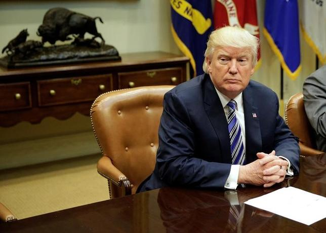 6月14日、米国で、民主党議員190人以上がトランプ大統領を提訴した。議員らは、大統領が議会の承認なしに、自身の事業を通じて外国政府から資金を受け取ったことは憲法違反にあたると主張している。写真は共和党の議会指導者と打ち合わせをするトランプ氏。ホワイトハウスで6日撮影(2017年 ロイター/Joshua Roberts)