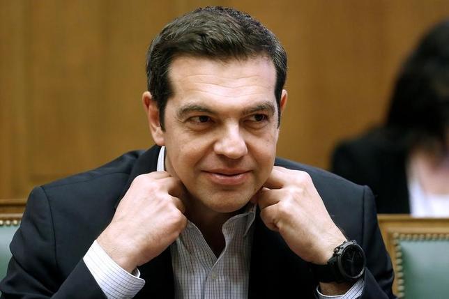 6月14日、ギリシャのチプラス首相は、15日のユーロ圏財務相会合(ユーログループ)でギリシャに対する新規融資に向けた合意がまとまることを期待していると表明した。写真は閣議に参加する同首相。アテネで13日撮影(2017年 ロイター/Costas Baltas)