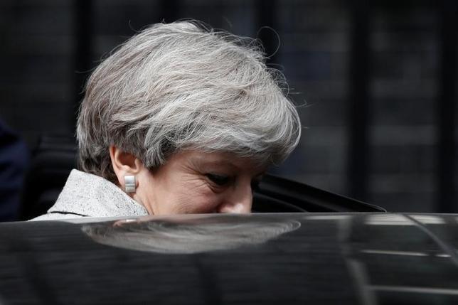6月14日、英ロンドンの高層マンション「グレンフェルタワー」の大規模火災を受け、メイ首相(写真)は与党保守党と北アイルランドの民主統一党(DUP)との協議を来週に延期する可能性がある。13日撮影(2017年 ロイター/Stefan Wermuth)