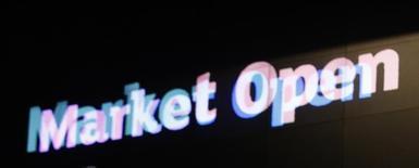 Il segnale dell'apertura delle attività di mercato al London Stock Exchange, la borsa di Londra. Foto del 10 novembre 2016.  REUTERS/Peter Nicholls