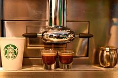 """Starbucks est à suivre à la Bourse de Wall Street. Wedbush a abaissé sa recommandation sur la valeur, à """"neutre"""" contre """"surperformance"""". /Photo prise le 10 février 2017/REUTERS/Mohammad Khursheed"""