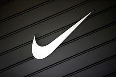 La Commission européenne a annoncé mercredi l'ouverture de trois  enquêtes contre Nike, Universal Studios (groupe Comcast) et Sanrio afin de déterminer si ces groupes ont bloqué illégalement certaines ventes transfrontalières ou interdit à certains distributeurs en ligne de vendre leurs produits. /Photo d'archives/REUTERS/Lucy Nicholson