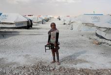 Un adolescente sostiene una cocinilla en el campo de campamento de desplazados de Raqqa, en Siria. 14 de junio 2017. Los intensos ataques aéreos de la coalición liderada por Estados Unidos han dejado al menos 300 civiles muertos desde marzo en Raqqa, en el norte de Siria, a medida que se acerca al bastión de las fuerzas del Estado Islámico, dijeron el miércoles investigadores de crímenes de guerra de la ONU. REUTERS/Goran Tomasevic