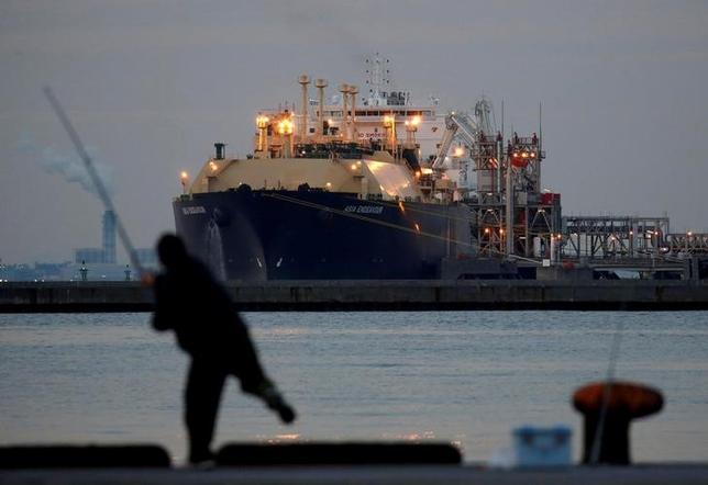 6月12日、アラブ諸国によるカタールの孤立化で、世界最大の液化天然ガス(LNG)輸出国である同国と長期供給契約の見直し交渉を行っている日本の電力会社は有利な立場となった。写真は2月8日、千葉県富津市に停泊中のLNGタンカー(2017年 ロイター/Issei Kato)