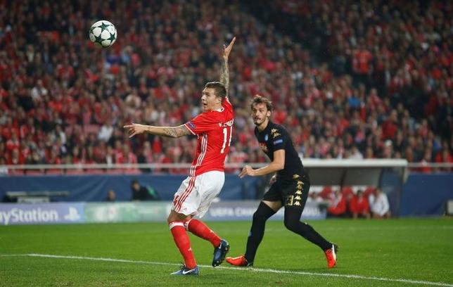 6月14日、サッカーのイングランド・プレミアリーグ、マンチェスター・ユナイテッドは、スウェーデン代表のビクトル・リンデロフ(左)を獲得したことを発表した。リスボンで2016年12月撮影(2017年 ロイター/Rafael Marchante)