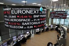 Парижская фондовая биржа. Европейские фондовые рынки снижаются вторую сессию подряд в четверг под давлением бумаг горно-металлургических компаний на фоне дешевеющей нефти.  REUTERS/Benoit Tessier