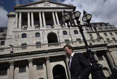 La Banque d'Angleterre (BoE) a maintenu jeudi son taux directeur inchangé mais n'a jamais paru aussi proche d'un relèvement depuis 2007 après le vote de trois de ses responsables en faveur d'un resserrement monétaire. /Photo prise le 19 avril 2017/REUTERS/Hannah McKay