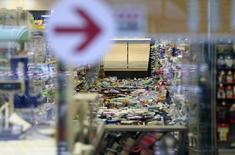L'interno di un supermercato a Finale Emilia. Foto del 21 maggio 2012. REUTERS/Giorgio Benvenuti