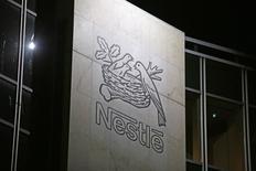 Nestlé a annoncé jeudi envisager de vendre son activité américaine de confiserie, qui réalise un chiffre d'affaires annuel de 900 millions de francs suisses (828 millions d'euros). /Photo d'archives/REUTERS/Pierre Albouy