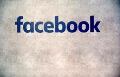 شعار فيسبوك في باريس في صورة من أرشيف رويترز.