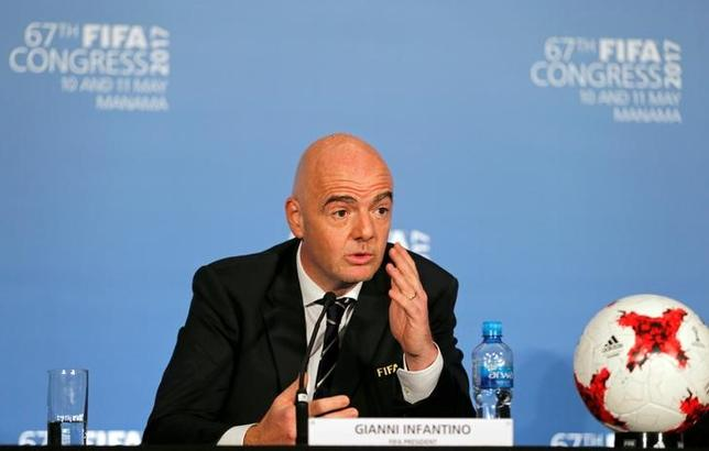6月15日、国際サッカー連盟(FIFA)は、今月17日にロシアで開幕するコンフェデレーションズカップ(杯)において、試合中に観客が差別的な行為に及んだ場合、レフェリーは手順を経た上で試合を中止させる権限を持つと発表した。写真はFIFAのジャンニ・インファンティノ会長。5月撮影(2017年 ロイター/Hamad I Mohammed)