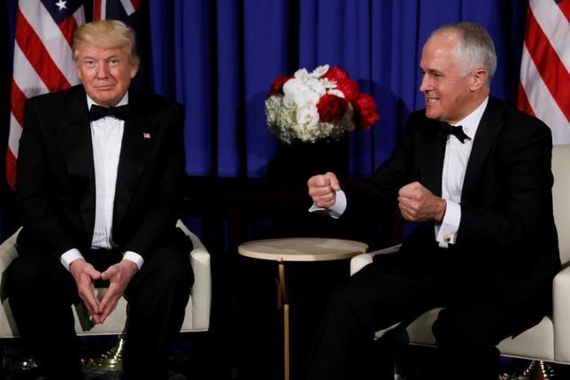 6月15日、米ホワイトハウスは、14日夜にオーストラリアのターンブル首相(写真右)が毎年恒例のメディアとの夕食会でトランプ大統領をジョークの種にし、ロシアとの関連などに言及した発言について、重視していないとの姿勢を示した。写真は5月ニューヨークで撮影(2017年 ロイター/Jonathan Ernst)