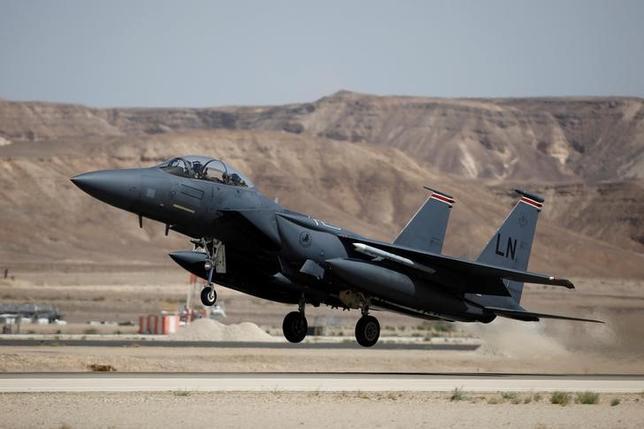 6月15日、カタールの高官は、米国からのF15戦闘機購入(総額120億ドル)について、カタールに対する米政府の深く根差した支援を示したものとの認識を示した。写真はF15戦闘機。イスラエルのオブダ空軍基地で5月撮影(2017年 ロイター/AMIR COHEN)