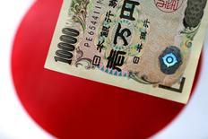 La Bourse de Tokyo a fini vendredi en hausse de 0,56% après la décision de la Banque du Japon (BoJ) de laisser sa politique monétaire inchangée. L'indice Nikkei a gagné 111,44 points à 19.943,26 points. /Photo prise le 1er juin 2017/REUTERS/Thomas White