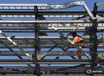 Рабочий на месторождении Карачаганак 12 мая 2001 года. Оценочная стоимость проекта по увеличению добычи на газоконденсатном месторождении Карачаганак, составлявшая в прошлом году $9 миллиардов, уменьшилась наполовину, сообщил высокопоставленный чиновник в сфере энергетики Казахстана в пятницу. Shamil Zhumatov/Reuters