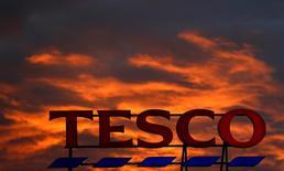 Логотип Tesco  на супермаркете в  Олтрингеме, Великобритания. Крупнейшая в Великобритании сеть супермаркетов Tesco в пятницу отчиталась о максимальном росте квартальных продаж на внутреннем рынке за семь лет.  REUTERS/Phil Noble/File Photo