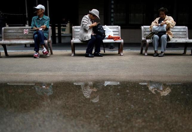 6月16日、4年連続のベア実施で期待された個人消費の足取りが、予想外に重い。識者の間では、勤労者層とは別の集団の動向に関心が集まっている。写真は東京・巣鴨の高齢者、2014年8月撮影(2017年 ロイター/Issei Kato)