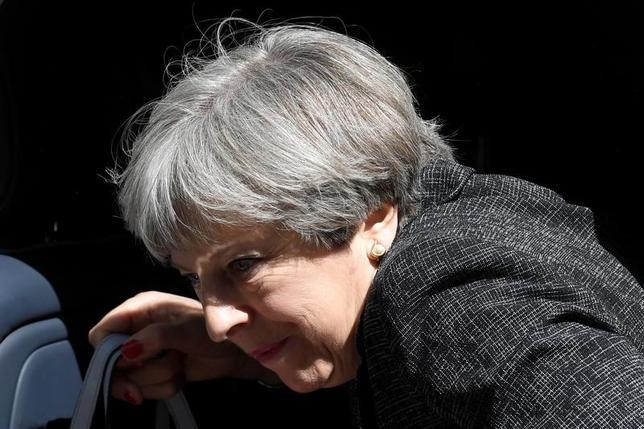 6月16日、メイ英首相(写真)はロンドンの高層住宅火災の負傷者を慰問する予定。15日撮影(2017年 ロイター/Toby Melville)