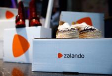 L'allemand Zalando veut doubler de taille d'ici 2020, a déclaré vendredi l'un des présidents du directoire du spécialiste de la vente d'habillement en ligne, qui a annoncé de nouveaux partenariats avec Nike, avec Weekday, une marque de H&M, et avec le groupe Bestseller. /Photo prise le 31 mai 2017/REUTERS/Hannibal Hanschke