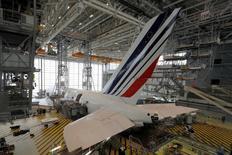 Airbus va annoncer de nouvelles ailettes pour l'A380 afin d'économiser du carburant avec l'espoir de doper les ventes de son très gros porteur, ont indiqué à Reuters deux sources proches du dossier. /Photo d'archives/REUTERS/Philippe Wojazer