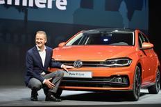 Volkswagen anticipe une solide année 2018 pour sa marque VW grâce à une volée de nouveaux modèles. Une dizaine de nouveaux modèles lancés cette année, dont une Polo redessinée et la berline Arteon, stimuleront la demande et appuieront le redressement d'une marque en pleine restructuration, a déclaré vendredi à Reuters Herbert Diess (photo), patron de la marque VW. /Photo prise le 16 juin 2017/REUTERS/Stefanie Loos