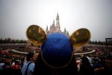 Walt Disney à suivre vendredi à Wall Street. L'entreprise américaine célèbre vendredi le premier anniversaire de son parc d'attraction Disneyland à Shanghai, qui a accueilli au cours de l'année écoulée plus de 10 millions de visiteurs. /Photo d'archives/REUTERS/Aly Song