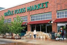 Amazon.com a annoncé vendredi le rachat de la chaîne de magasins d'alimentation Whole Foods Market pour 13,7 milliards de dollars (12,3 milliards d'euros) en numéraire, passif inclus. /Photo d'archives/REUTERS/Rick Wilking
