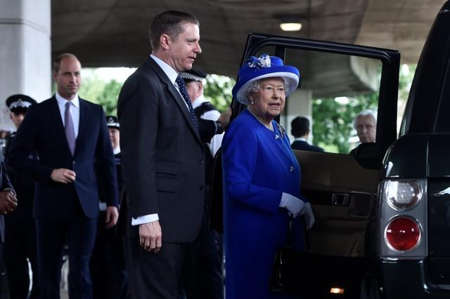 Britain's Queen Elizabeth leaves after visiting the scene of the fire that destroyed the Grenfell Tower block, and an aid centre, in north Kensington, West London, Britain June 16, 2017.  REUTERS/Hannah McKay