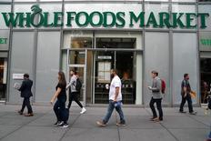 Amazon.com Inc ha anunciado que comprará la cadena de supermercados estadounidense Whole Foods Market Inc en un acuerdo valorado en unos 13.700 millones de dólares, incluida deuda, su mayor adquisición hasta la fecha y su mayor incursión en el negocio minorista tradicional. En la imagen, una tienda de Whole Foods Market en un barrio de Manhattan, el 16 de junio de 2017. REUTERS/Carlo Allegri