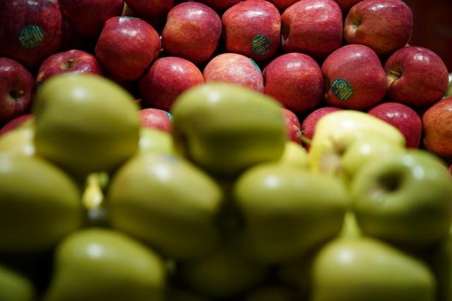 Apples for sale are pictured inside a Whole Foods Market in the Manhattan borough of New York City, New York, U.S. June 16, 2017.   REUTERS/Carlo Allegri